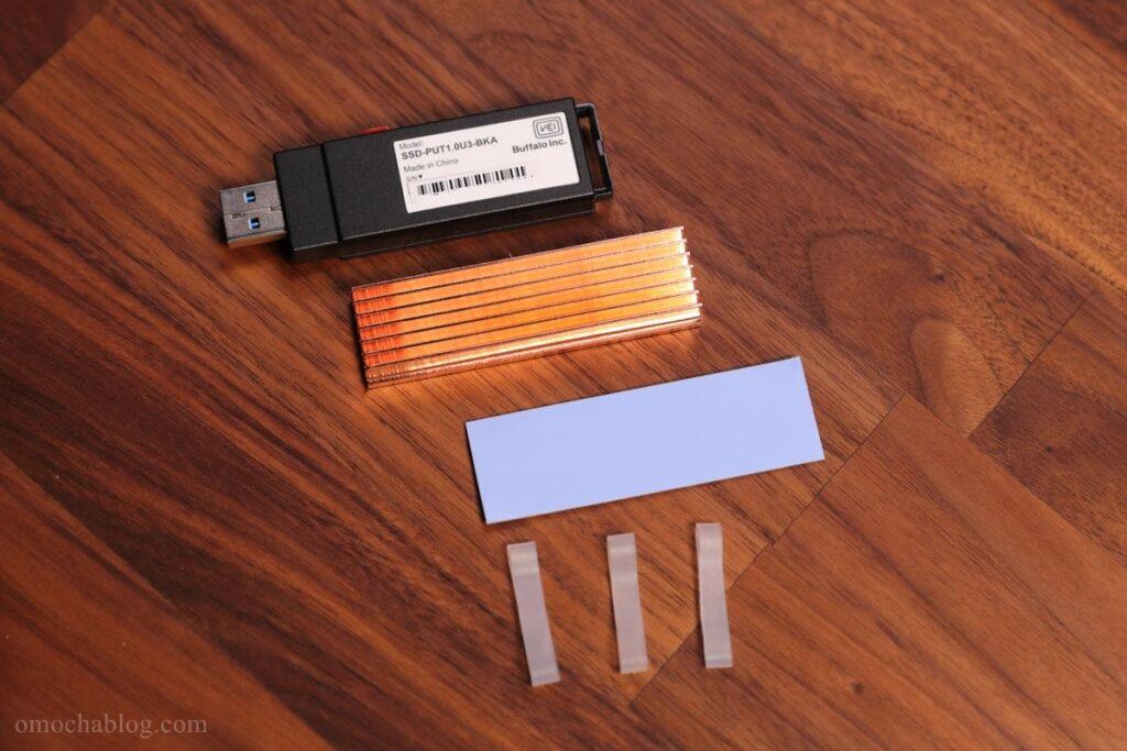 USBタイプのSSDとヒートシンク